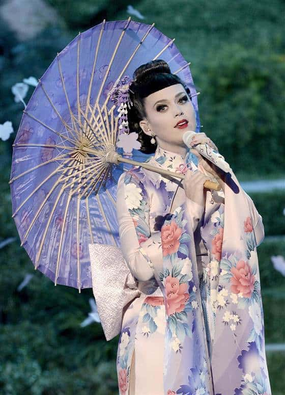 2D9769809-today-katy-perry-geisha-131125-2.blocks_desktop_medium