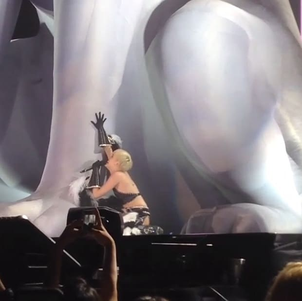 Miley Cyrus sings to Giant Inflatable Version of Her Recently Deceased Dog